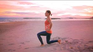 photo de notre coach delphine faisant l exercice de la fente alternée